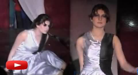 A Modal Girl Fall Down on the Ramp While Cat Walk in Multan