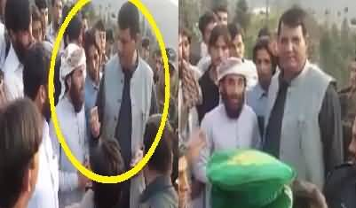 Ameer Muaqam Giving Money To People Who Came in Swat Jalsa Yesterday