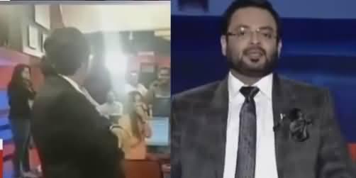 Amir Liaqat Taunts Mir Shakeel ur Rehman by Playing Arnab Goswami's Clip