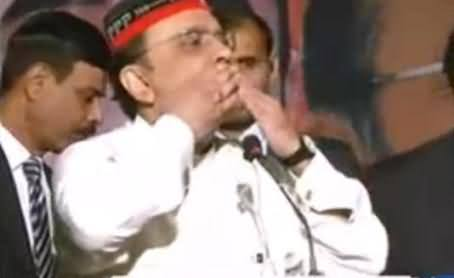 Asif Zardari Blows Countless Flying Kisses to Audience After Criticizing Imran Khan