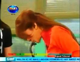 Dr. Shaista Wahidi (Anchor) Kissing King Kobera in Waqar Zaka's Program