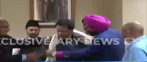 Exclusive Footage from PM office , Navjot Singh Sidhu Presenting his gift to Imran Khan