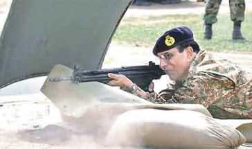 جنرل کیانی نے فائرنگ کی مشق میں تمام نشانے ٹھیک ٹھیک لگا کر اپنا لوہا منوا لیا