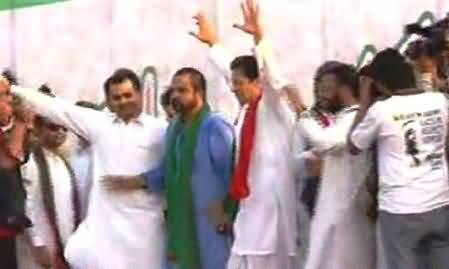 Imran Khan Reached Mianwali Jalsa Venue, Raising His Hands on Stage
