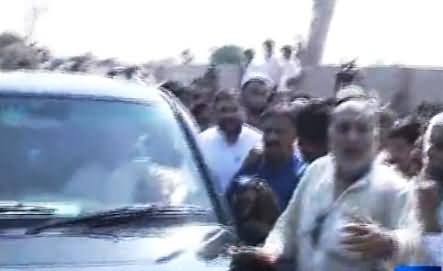 Javed Hashmi Once Again Surrounded by PTI Supporters in Multan, Chanting Daghi, Daghi