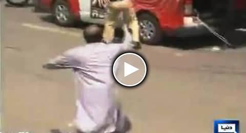 Khawaja Saad Rafique Trying to Stop Police From Attacking Media Vehicles