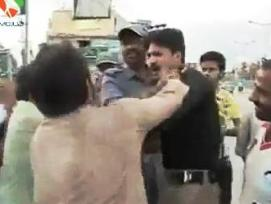 Husband Beating Police man in Public For Insulting His Wife