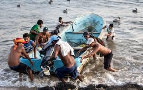 More Than Two Lac Fishermen in Karachi Sea Still Unawar of Nilofer Cyclone