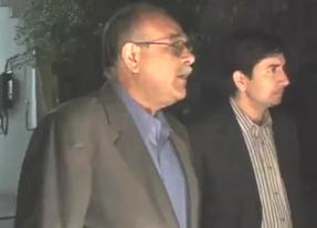 Najam Sethi Drinking Wine, Caught on Camera - Watch Video of Najam Sethi With A Bottle of Wine