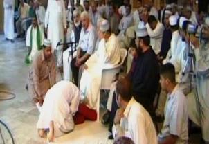 People Offering Sajdas To Doctor Tahir ul Qadri - Watch The Real Face of Tahir ul Qadri