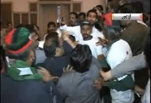 PPP ke Yaum e Tasis Par Karkum Apas Main Jhagar Pare, Aik Dosrey Ki Pitai