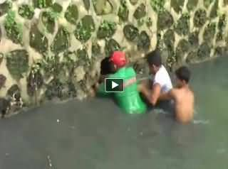 Really Dangerous! Three Boys Catching the Python Snake in The Creek