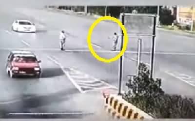 Video - Peshawar Toll Plaza Per Car Sawar Ne Gari Police Ehalkar Per Charha Di