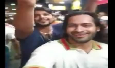 Waqar Zaka Alone Chanting Pakistan Zindabad Among Indian Crowd, Must Watch
