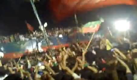 Watch How Crowd Welcomed Imran Khan on Stage at Minar e Pakistan (Raw Video)
