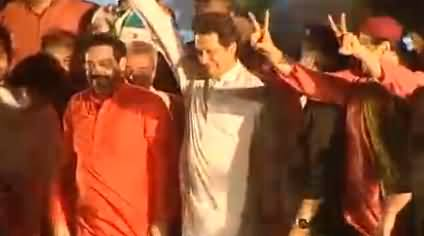 Watch How Imran Khan Embarrassed Aamir Liaquat When He Tried To Hug Him On Stage