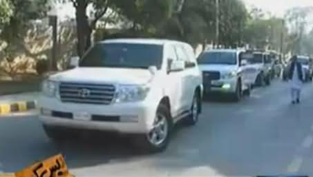 Watch Imran Khan's VIP Protocol in Peshawar, Not Less Than Any Other Politician