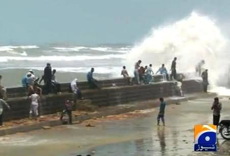 Watch People Enjoying At Karachi Beach with Family to Kill Summer Heat