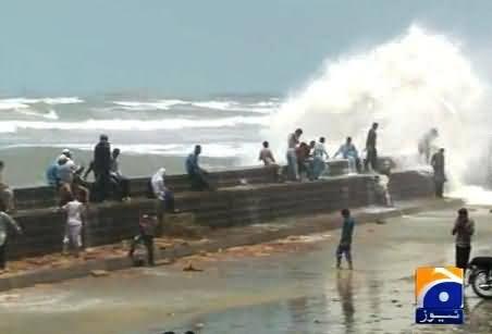 Watch People Enjoying At Karachi Beach with Family to Kill Summer Heat