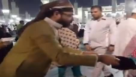 Watch What Aamir Liaquat Is Doing in Madina, Really Appreciable